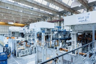 A look into the production hall: The (currently) 11 systems in Kassel produce hot-formed components for all VW plants in Europe.