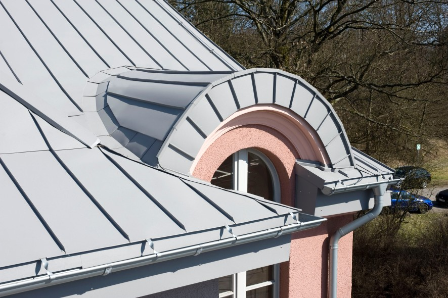Stylish standing seam roofing made from flat carbon steel