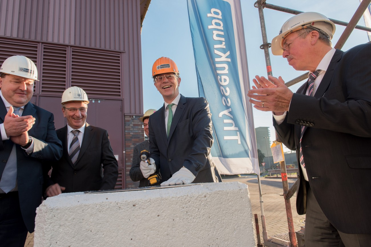 Construction of the new fabric filter for the sinter plant in Duisburg started in late 2015. Johannes Remmel (center), North Rhine-Westphalia Environment Minister, installed a commemorative plaque on the site.