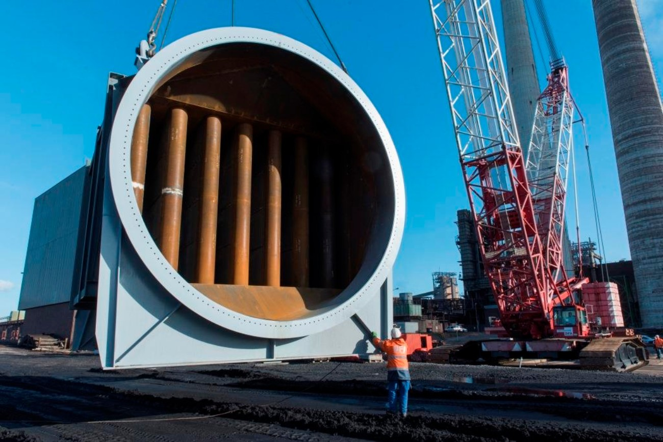 Gigantic: A huge part roughly 6.5 meters in diameter has been delivered for the new fabric filter at thyssenkrupp in Duisburg. The filter is to go into operation in 2017.