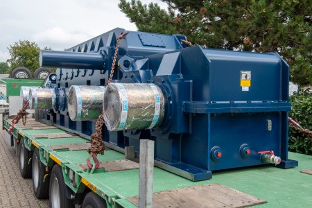 Heavy load transported by night to Duisburg: thyssenkrupp Steel takes delivery of a new stretcher-leveler gear unit for cold rolling mill