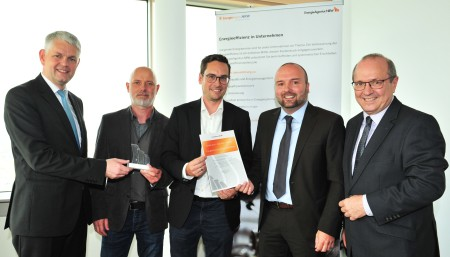 The award was presented by Christoph Dammermann (left), State Secretary at the NRW Ministry of Economics together with Lothar Schneider (right), Managing Director of EnergieAgentur.NRW, to Frank John (2nd from right), General Project Manager and Torsten Juriscka (2nd from left), Project Manager at thyssenkrupp Steel Europe AG and Georg Walter (center), Head of Energy Economics at thyssenkrupp Steel Europe AG.