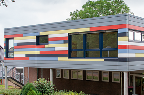 A part of the facade of the day-care center St. Lambertus in Randerath, Germany, was made with pladur® Deluxe 'bauhausstil naturmatt' color collection.